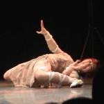 Странный, красивый и энергичный танец